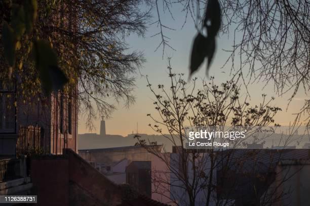 lisbon cityscape at dusk - statua di cristo re foto e immagini stock