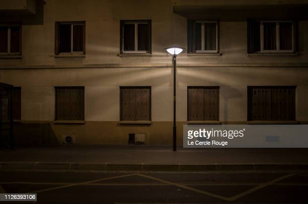 street isolated in lamp - rue photos et images de collection