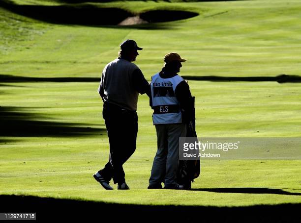 CISCO WORLD MATCH PLAY AT WENTWORTH. ELS WAITING TO PLAY HIS 2ND SHOT ON THE 3RD THE 21ST OF THE MATCH WITH SING .