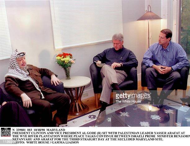 N 339881 003 10/18/98 MARYLAND PRESIDENT CLINTON AND VICE PRESIDENT AL GORE SIT WITH PALESTINIAN LEADER YASSER ARAFAT AT THE WYE RIVER PLANTATION...