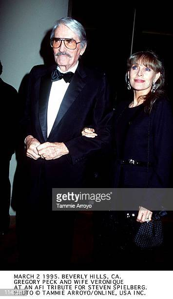 MARCH 2 1995 HOLLYWOOD CAGREGORY PECK WITH WIFE VERONIQUE AT THE AFI AWARD CEREMONY WHERE STEVEN SPIELBERG WAS HONORED WITH A LIFETIME ACHIEVMENT...