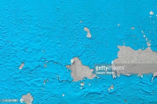 ヒビが入り塗装が剥がれて汚れたコンクリートの壁面写真 - hellblau stock-fotos und bilder