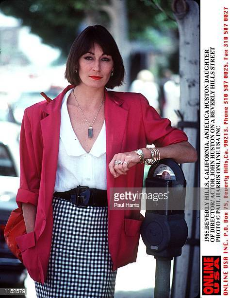 1985BEVERLY HILLS CALIFORNIA ANJELICA HUSTON ACTRESS DAUGHTER OF ACTOR/ DIRECTPR JOHN HUSTON PHOTOGRAPHED ON A BEVERLY HILLS STREET