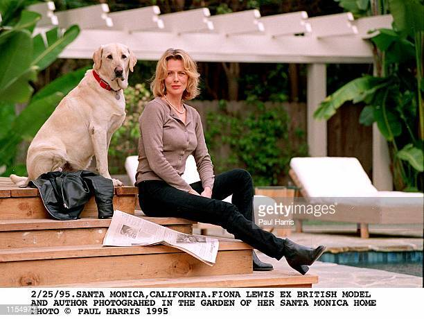 2/25/95SANTA IONA LEWIS EX BRITISH MODEL AND NOW AUTHOR IN THE GARDEN OF HER SANTA MONICA HOME