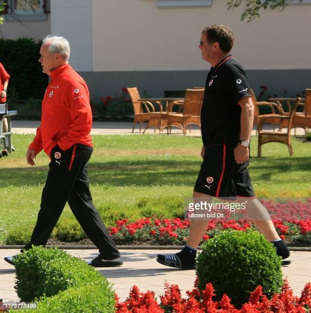 "TOTO MARTI, 17.6.2006, BAD BERTRICH : SCHWEIZER FUSSBALL-NATI IM WM QUARTIER BAD BERTRICH. NATI-TRAINER JAKOB ""KOEBI"" KUHN AUF DEM WEG ZUR..."