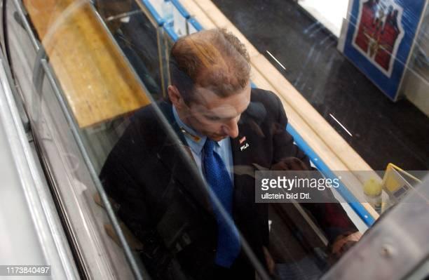 TOTO MARTI, 9.2.2003, BASEL: SKODA CUP. SCHWEIZ - TEAM CANADA 3:5. EIN ENTTAEUSCHTER NATI-TRAINER RALPH KRUEGER AUF DEM WEG IN DIE KABINE.