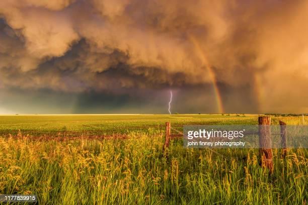 rainbow - lightning - storm - nebraska - weather - climate - usa - tempo atmosferico foto e immagini stock