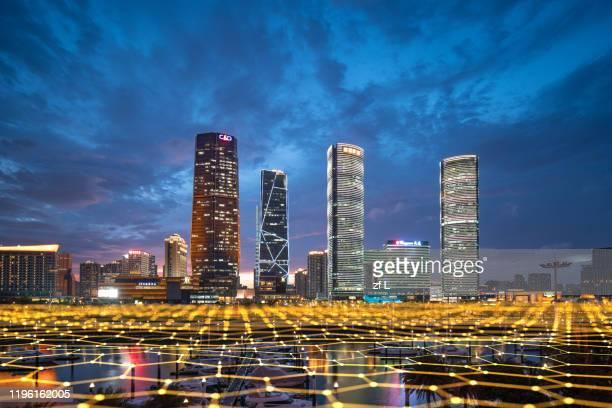 藍色網格線的城市天際線 - big data center stock pictures, royalty-free photos & images