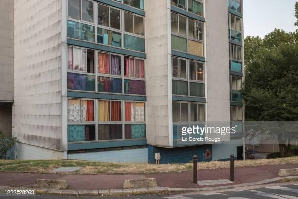 multicolored curtains - quartier résidentiel photos et images de collection