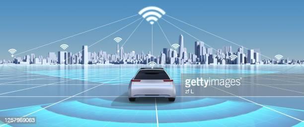駛向智慧城市的自動駕駛的汽車 - autonomous technology stock pictures, royalty-free photos & images