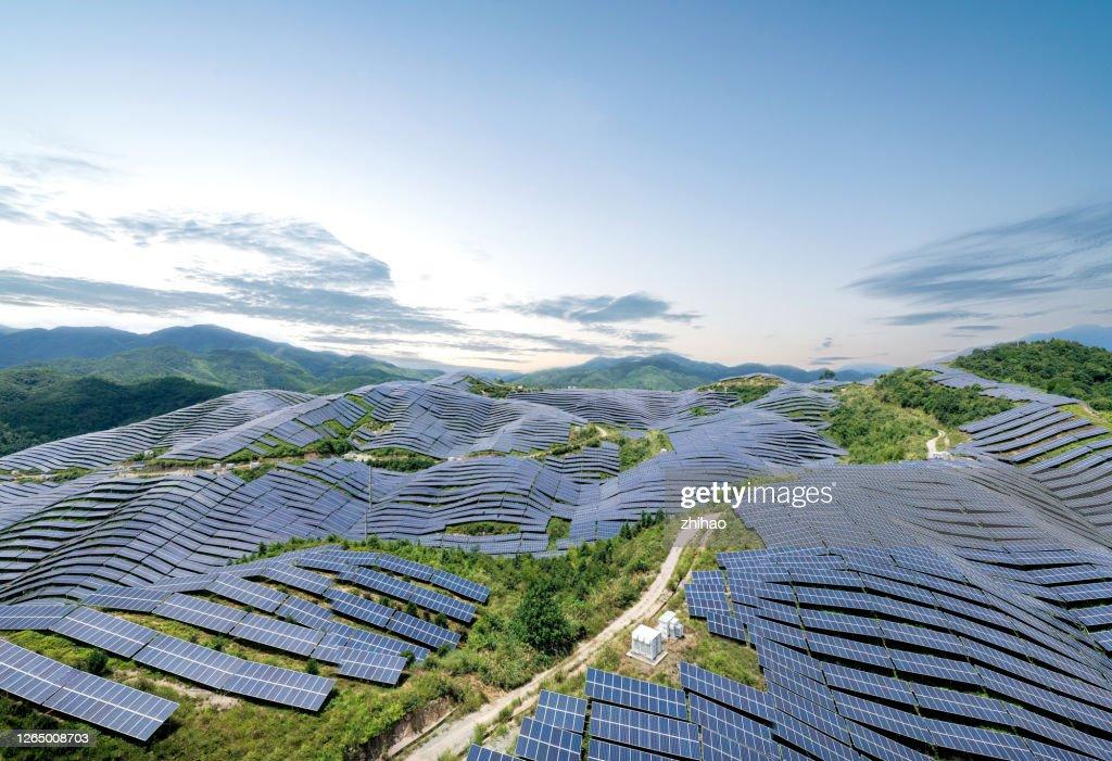 晴天山頂的太陽能電站鳥瞰圖 : ストックフォト