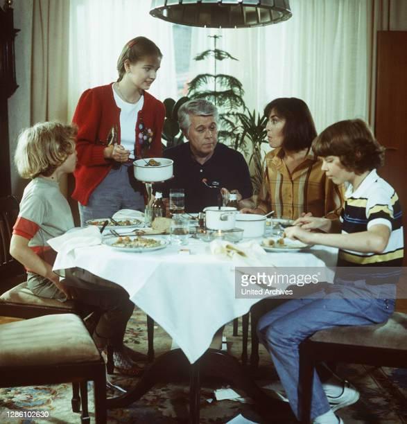 ICH HEIRATE EINE FAMILIE / D 1984 / TAREK HELMY, JULIA BIEDERMANN, PETER WECK, THEKLA CAROLA WIED, TIMMO NIESNER.