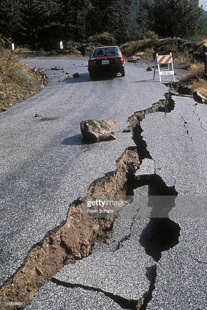 EARTHQUAKE DAMAGE TO ROAD NEAR SANTA CRUZ, CALIFORNIA. 1989 H : Stock Photo