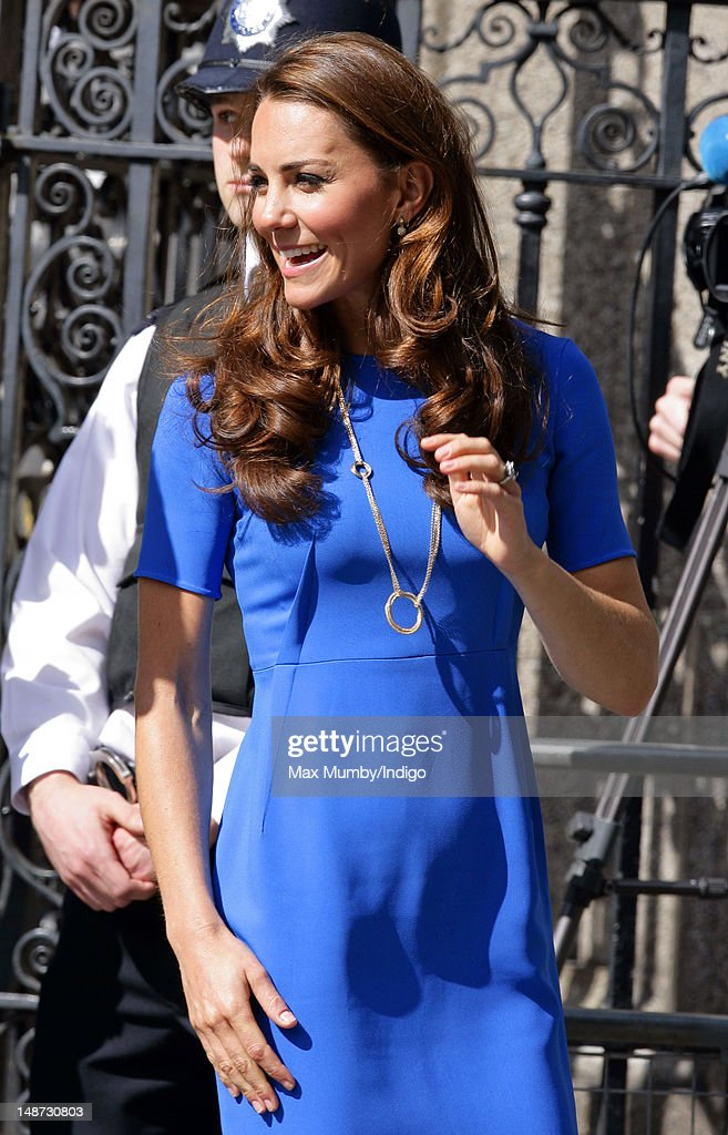 Catherine, Duchess of Cambridge Visits National Portrait Gallery's 'Road To 2012: Aiming High' Exhibition : News Photo