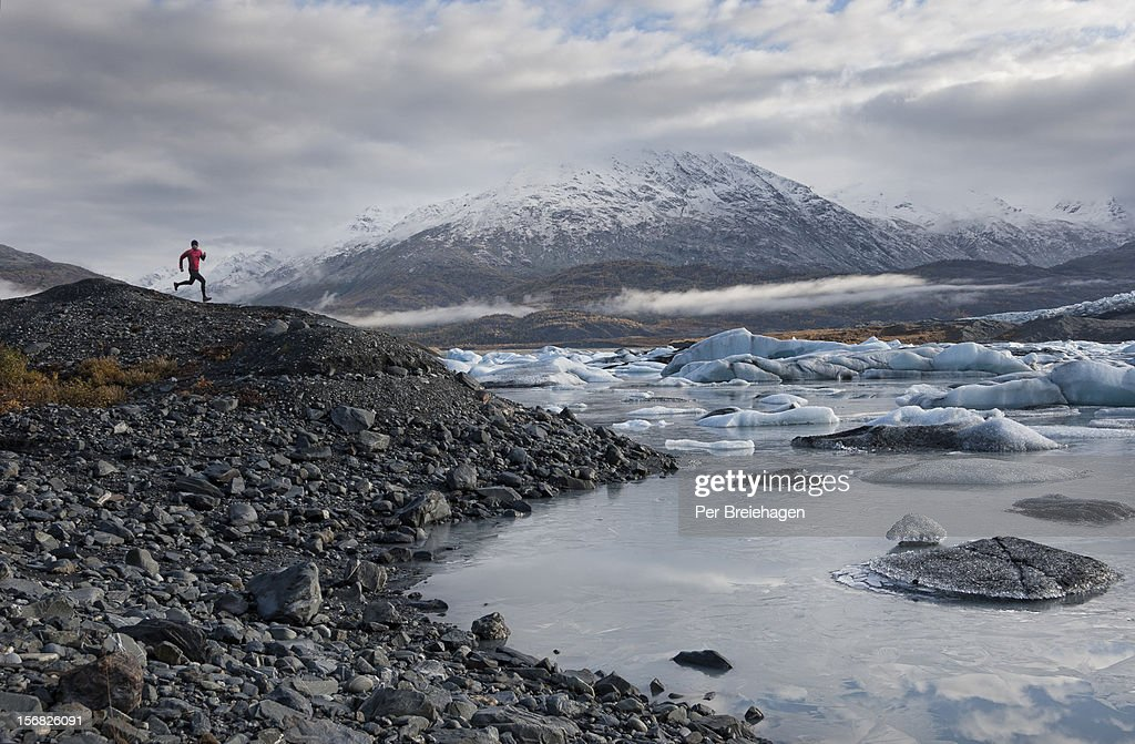 TRAIL RUNNING BY A GLACIER : Stockfoto