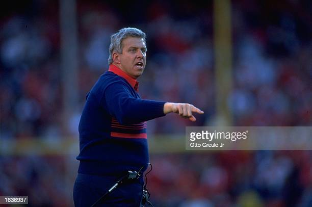 NEW YORK GIANTS HEAD COACH BILL PARCELLS GIVES ORDERS FROM THE SIDELINES DURING THE GIANTS 1513 NFC CHAMPIONSHIP GAME WIN OVER THE SAN FRANCISCO...