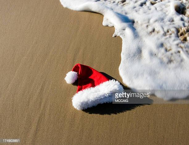 santa hat on beach - hawaii christmas stock pictures, royalty-free photos & images