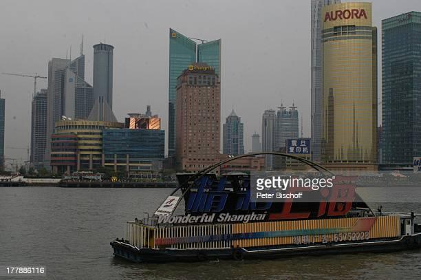 MotorSchiff Huangpu Fluss World Financial Center Shanghai Convention Center Hotel Shangri La Aurora Plaza City Group Bank Shanghai Stadtteil Pudong...