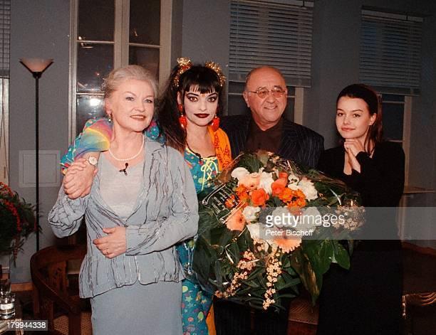 Nina Hagen mit Mutter EvaMaria Hagen undTochter Cosma Shiva Alfred BiolekBoulevard Bio 300 Sendung ARD Blumen