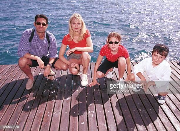 Saskia Valencia Ehemann Nicolas TochterAlexandra Sohn Leonard GranCanaria/Spanien Bootssteg Wasser Mann
