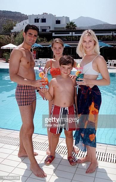 Saskia Valencia Ehemann Nicolas ValenciaTochter Alexandra Sohn Leonard UrlaubHotel Club Aldiana InselKreta/Griechenland Mann Cocktail PoolGetränke...