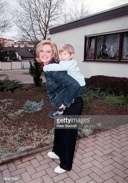Bianca App Neffe RaphaelMaurice App Homestory Die Schäfer Bretten spielen Huckepack tragen umarmen Umarmung Kind