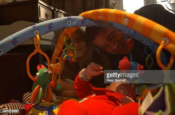 Oliver Tobias Ehefrau Arabella Tobias Sohn Luke Tobias Homestory London/England/Grossbritannien Schauspieler Familie Baby Babybett Promis Prominente...