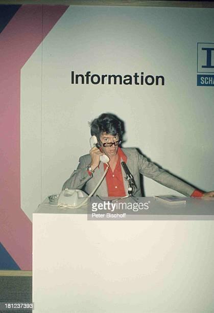 Rudi Carrell ARDShow 'Rudi Carrell Show' Folge 26 'Messe' InforrmationsStand Info Information Uhr Armbanduhr Telefon Brille Mikro Mikrophon Sänger...