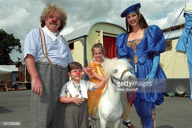 Bernhard Paul mitEhefrau Eliana Paul Sohn Adrian Tochter Vivien Wohnwagen Brille Clown Kostüm Pony