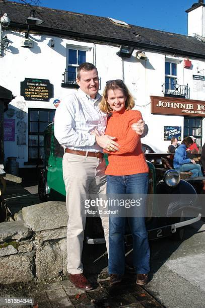 Julia Biedermann Ehemann Matthias Steffens Johnnie FoxÏs Pub The Dublin Mountains Glencullen Co Dublin Irland Irish Pub umarmen Schauspielerin