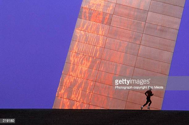 detail effect of jogger by arch in saint louis, missouri - st. louis missouri stock pictures, royalty-free photos & images