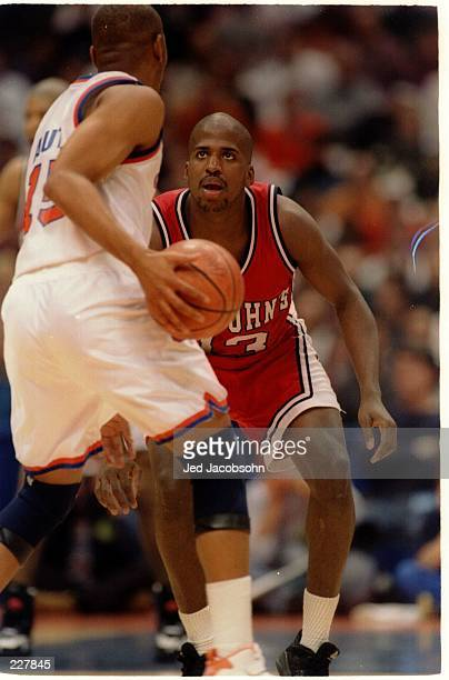 ST JOHN''S REDMEN GUARD LEE GREEN PLAYS TIGHT DEFENSE DURING A BIG EAST CONFERENCE GAME WITH THE SYRACUSE ORANGEMEN