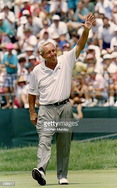 AFTER SINKING HIS FINAL PUTT ARNOLD PALMER ACKNOWLEDGES THE CROWD ON THE 18TH GREEN DURING THE 2ND ROUND OF THE1994 US OPEN AT OAKMONT COUNTRY CLUB...