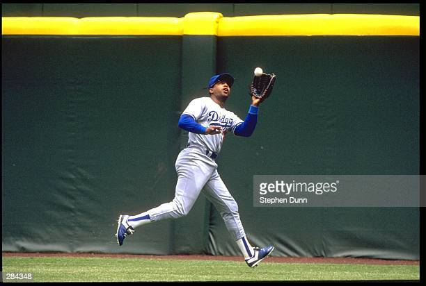 LOS ANGELES DODGERS OUTFIELDER HUBIE BROOKS MAKES A CATCH NEAR THE WALL DURING THE DODGERS VERSUS SAN DIEGO PADRES GAME AT JACK MURPHY STADIUM IN SAN...