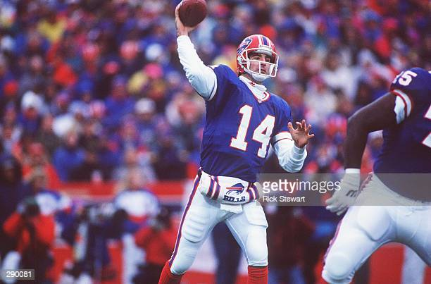 BUFFALO BILLS QUARTERBACK FRANK REICH SETS AND THROWS DURING THE BILLS 4138 OVERTIME WIN OVER THE HOUSTON OILERS IN THE AFC PLAYOFF GAME AT RICH...