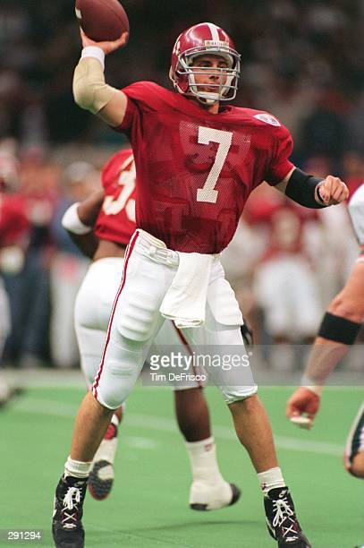 ALABAMA QUARTERBACK JAY BARKER DELIVERS A PASS FROM THE POCKET DURING THE CRIMSON TIDE'S 3413 VICTORY OVER THE MIAMI HURRICANES IN THE 1993 SUGAR...