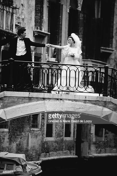 bride & groom on bridge in venice in black and white - marriage stock pictures, royalty-free photos & images