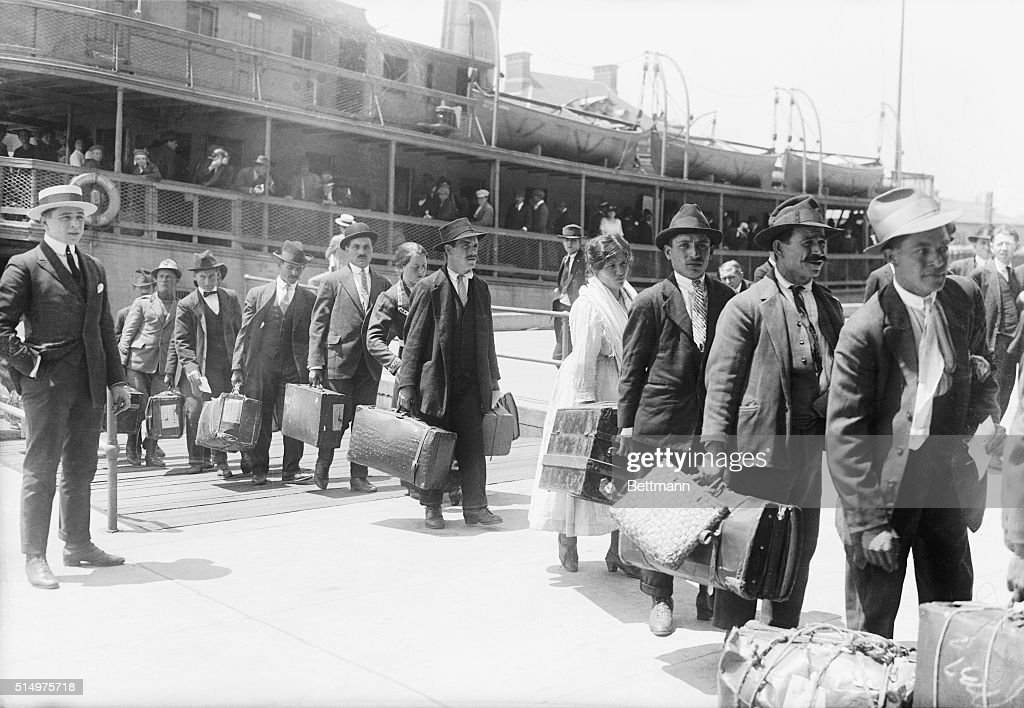 Immigrants Arriving in United States : News Photo