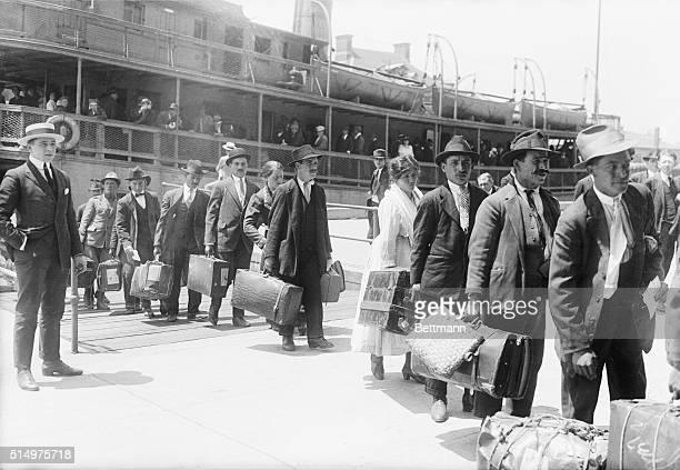 IMMIGRANTS ARRIVING IN U.S.A., ELLIS ISLAND. MAY 27, 1920. INP B/W PHOTOGRAPH.