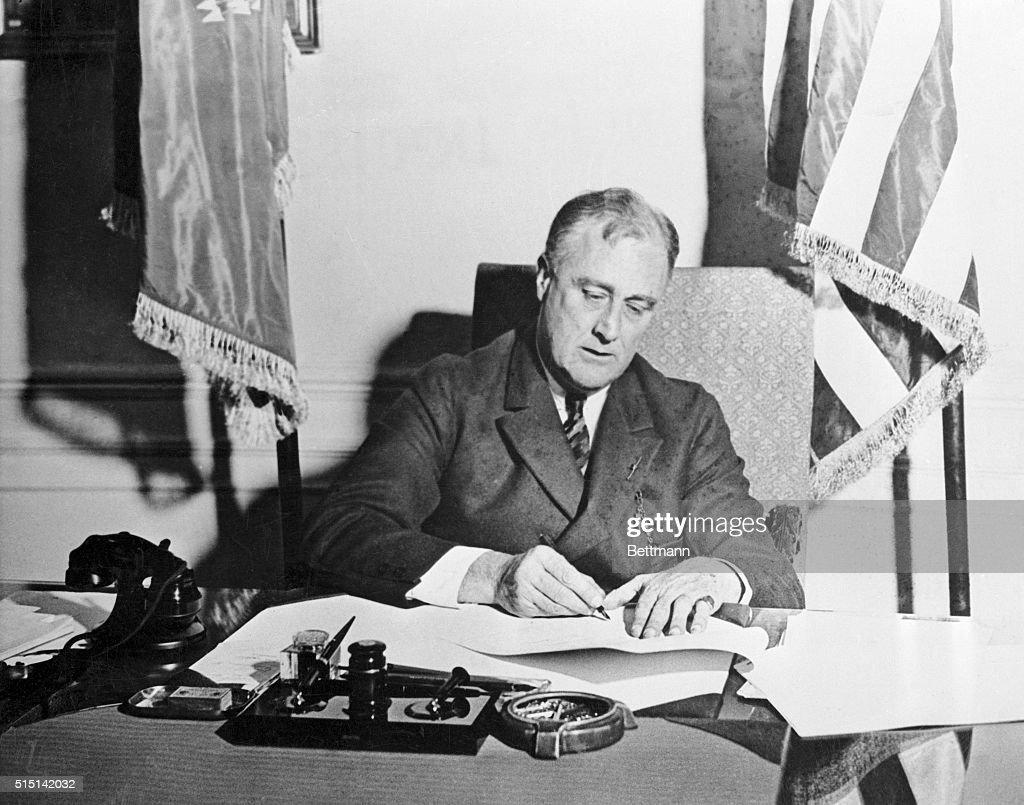 Franklin Roosevelt Signing the Emergency Banking Act : ニュース写真