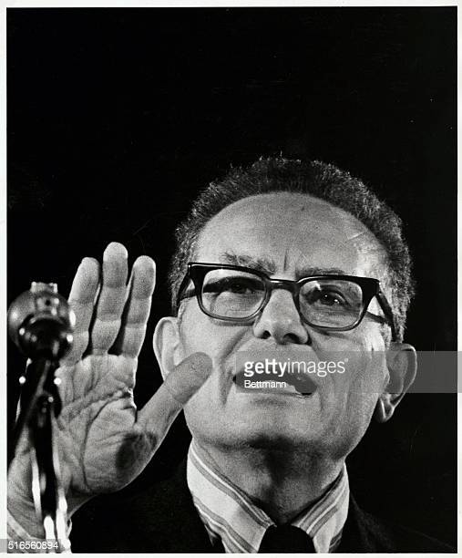 PAUL SAMUELSON, ECONOMIST, IN THE MIDST OF A LECTURE. UNDATED PHOTOGRAPH.