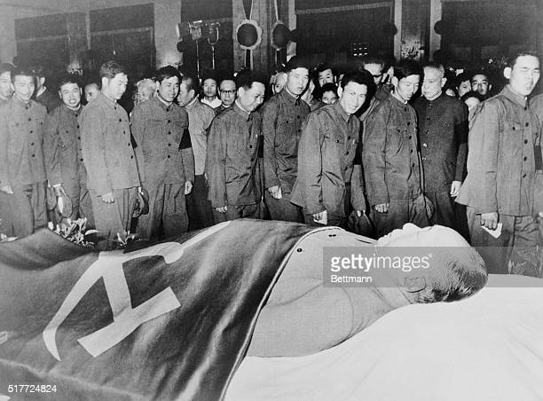 COMMANDERS AND FIGHTERS OF THE CHINESE PEOPLE'S LIBERATION ARMY WITH BOUNDLESS PROFOUND PROLETARIAN FEELINGS PAYING RESPECTS TO THE REMAINS OF THE...
