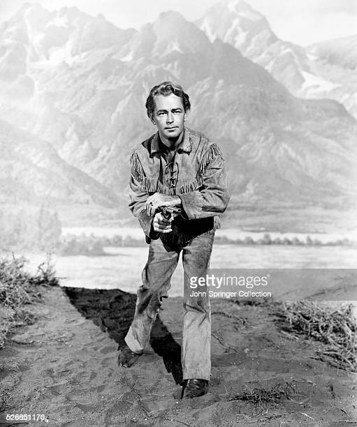 ALAN LADD IN THE TITLE ROLE OF THE 1953 PARAMOUNT PICTURES RELEASE SHANE. THE FILM CO-STARS VAN HEFLIN, JACK PALANCE, JEAN ARTHUR, AND BRANDON DE...