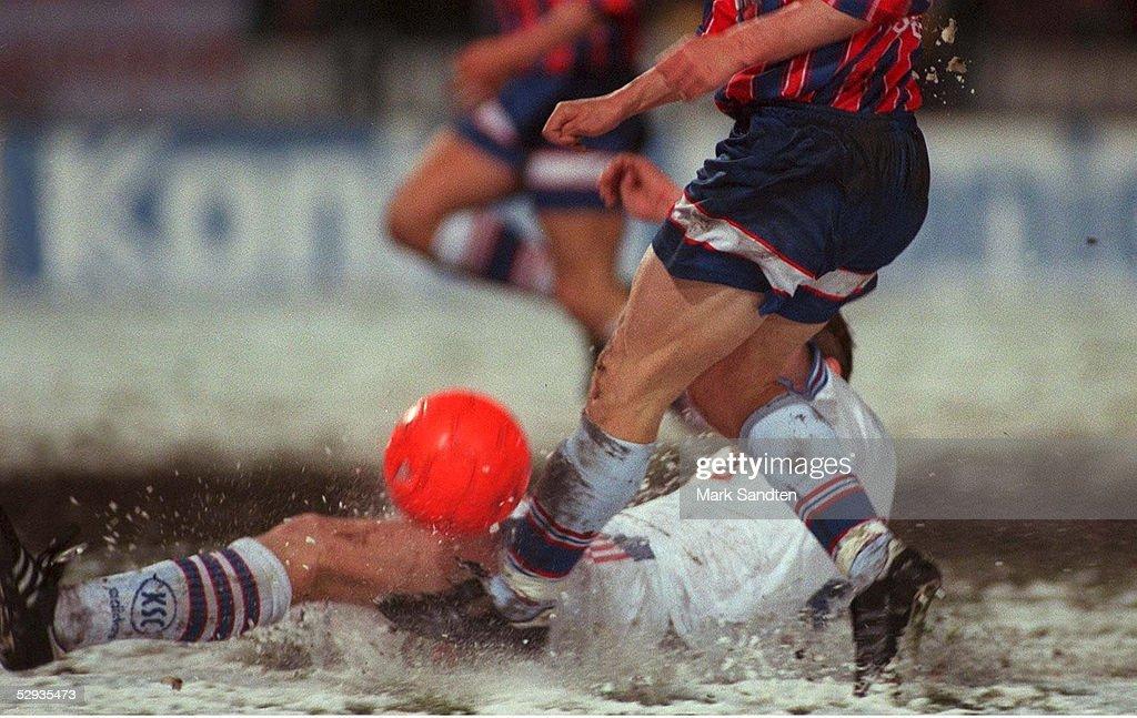 FUSSBALL: FUSSBALL IM SCHNEE 15.04.97 : Fotografía de noticias
