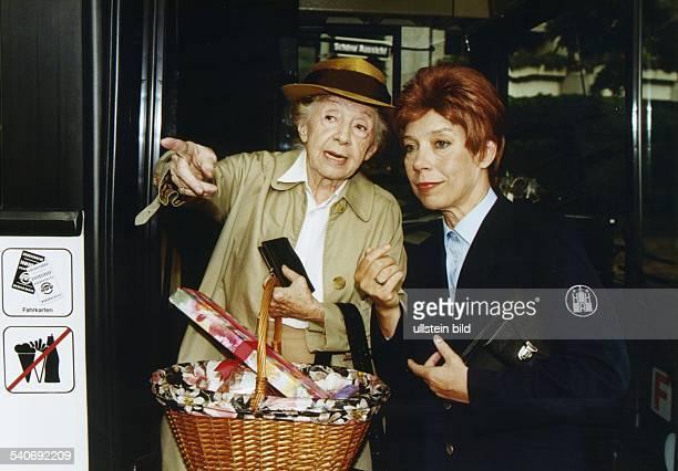 *Schauspielerin Dmit Evelyn Hamann in einer Episode der Fernsehsendung 'Geschichten aus dem Leben' Hamann trägt eine Perücke und eine Uniformjacke...
