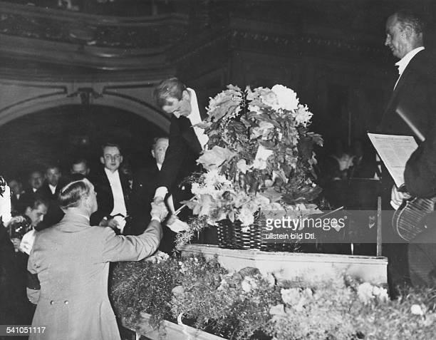 Hitler Adolf *20041889Politiker NSDAP D dankt den Berliner Philharmonikern nach einem Konzert unter Wilhelm Furtwängler veroeffentlicht