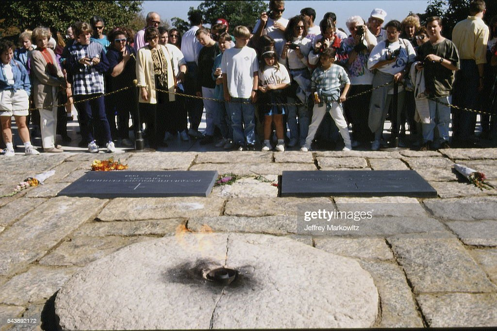 JACKIE KENNEDY'S GRAVE : News Photo