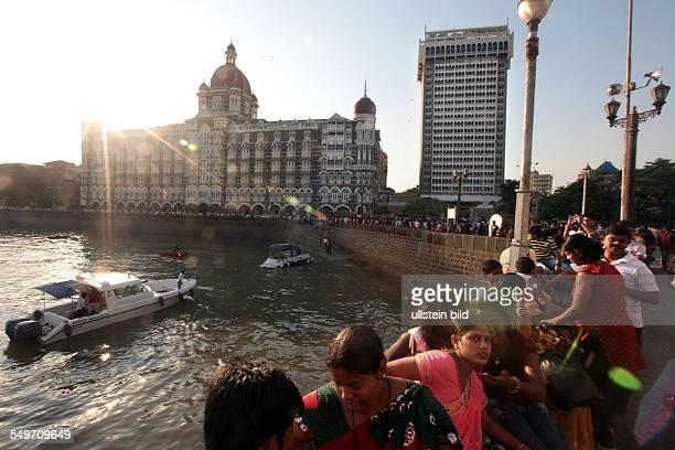DAS LUXUSHOTEL TAJ MAHAL PALACE TOWER LIEGT IM STADTTEIL COLABA NAHE DEM GATEWAY OF INDIA IM LAUFE DER ZEIT WURDE DAS HOTEL ZUR LEGENDE UND...