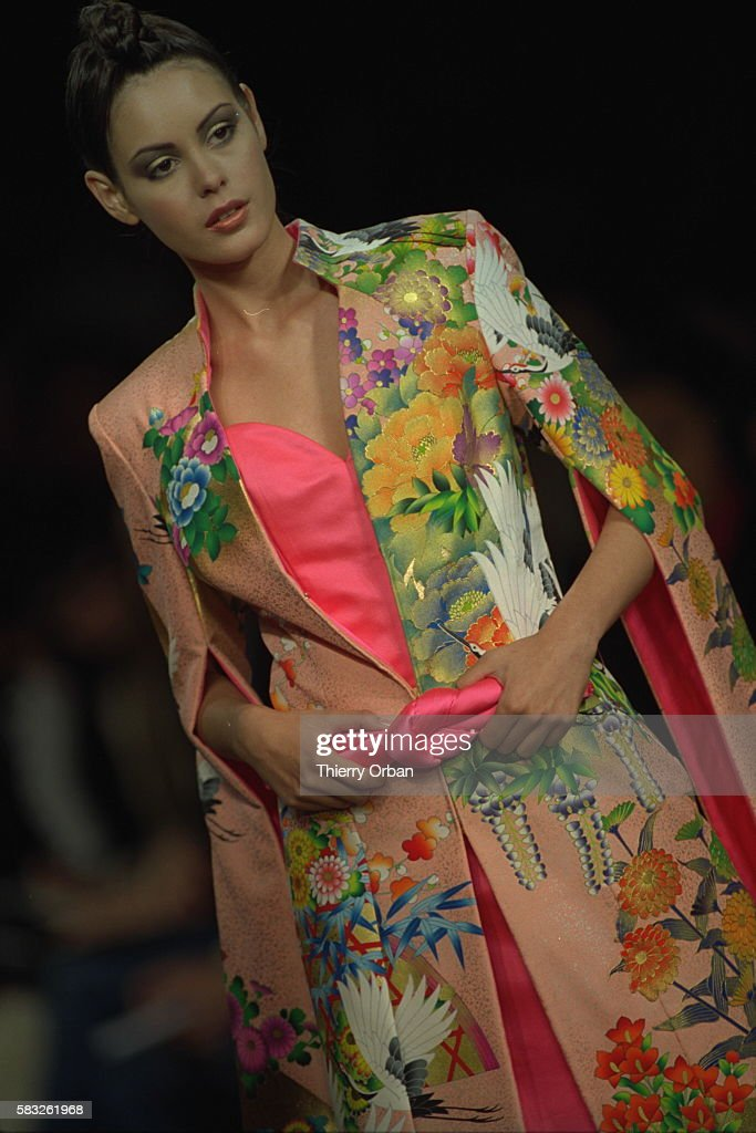 HANAE MORI: AUTUMN-WINTER 2000/2001 HAUTE COUTURE COLLECTION : News Photo