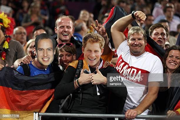 Deutsche Fans in Prinz William und Harry Masken Olympische Sommerspiele 2012 London Beachvolleyball Männer Finale Brasilien Deutschland 03 Horse...
